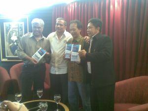 Pak Taufiq, Pak Chappy, Kang Pepih, dan Pak Efendy berfoto bersama