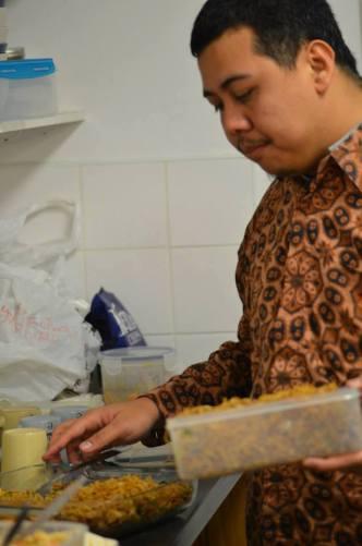 Mas-mas yang pakai batik itu namanya Fajri, Chef dari Indonesia