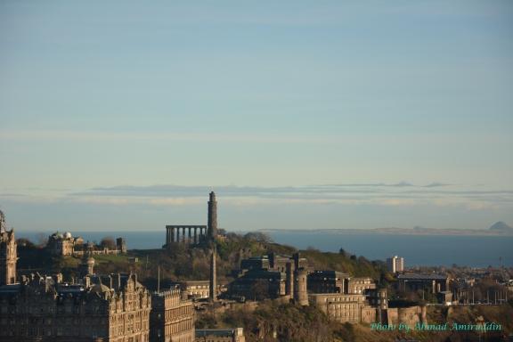 Calton Hill dilihat dari Edinburgh Castle